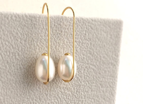 Meticulous hook earring with oval pearl