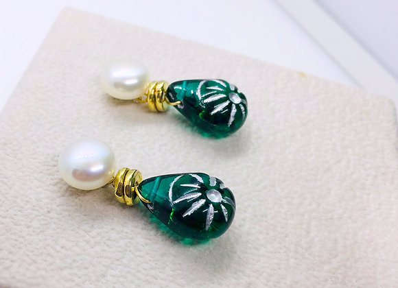 Green vintage style earring with button pearl