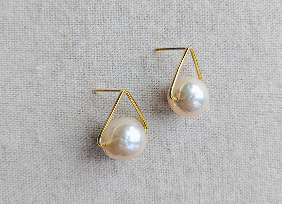 Simplicity triangle knot earring with large baroque pearl