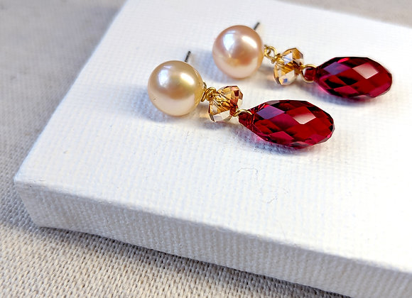 Red vintage style earring with button pearl