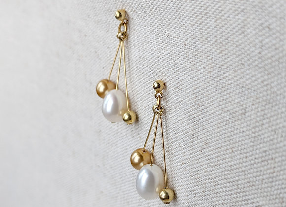 Golden Circles earring with oval pearl