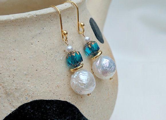 Vintage lady - Baroque freshwater pearl with antique bead earrings