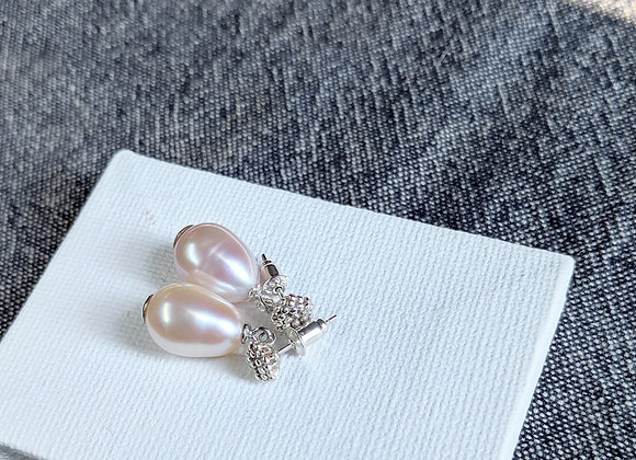 Sliver flower core stud earring with pinkish oval pearl