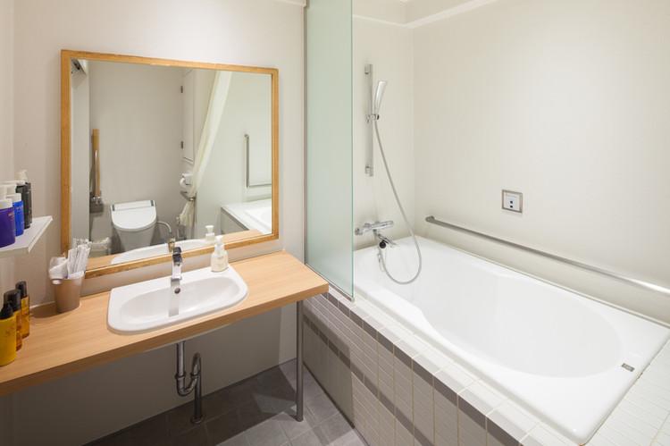 大きな鏡付の洗面台 Sink with mirror