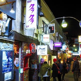 新宿ゴールデン街 約10分徒歩 Golden Gai 10min walk