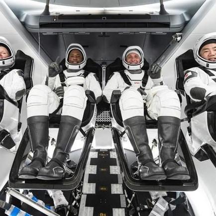 L'equipaggio della Crew Dragon arriva sulla ISS