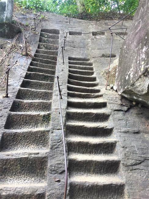 Steinstufen zum Tempel Sri Lanka