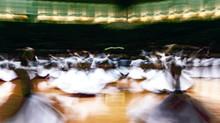 Hommes qui dansent.