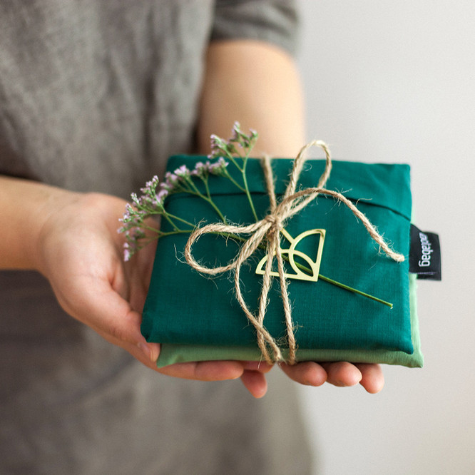 Gifting_2069_NB_1x1.jpg