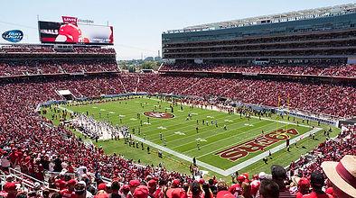 800px-Broncos_vs_49ers_preseason_game_at