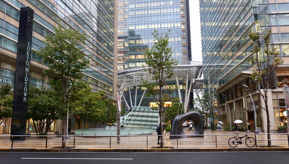 Elegante e funcional, o prédio do Tokyo Midtown abriga shopping center, hotel, escritórios e restaurantes de qualidade.