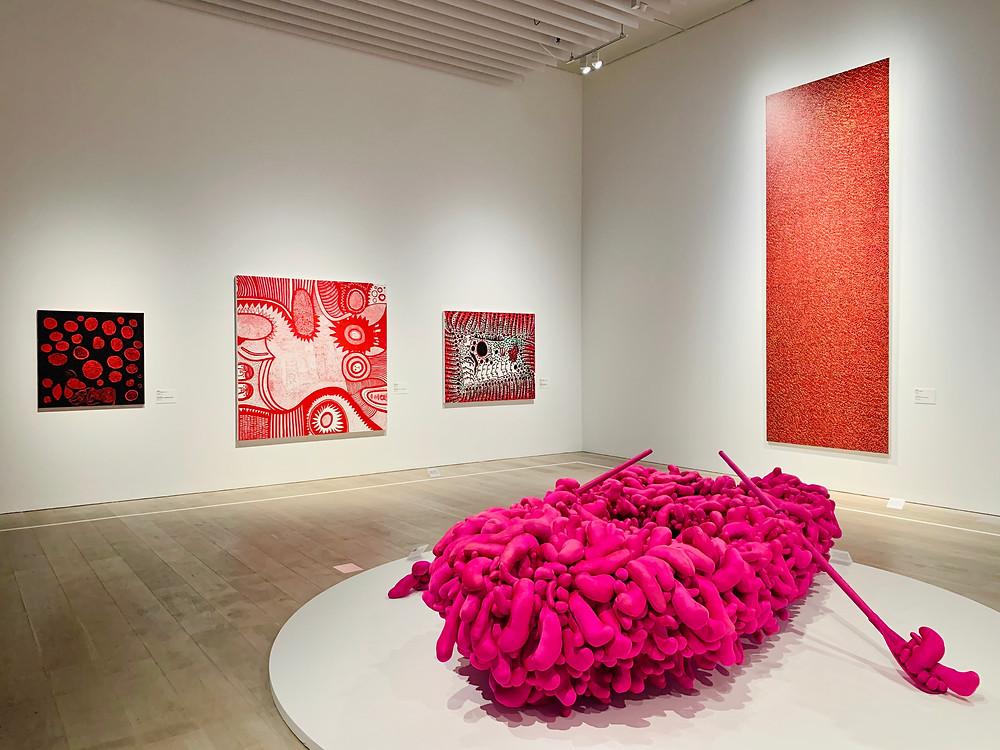 Salão de Kusama Yayoi traz obras de diversos momentos da carreira da artista.
