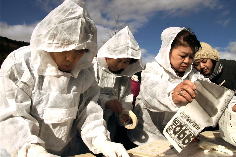 Desabrigadas pelo tsunami de 2011, as senhoras participam em workshop de arte ministrado por voluntários.
