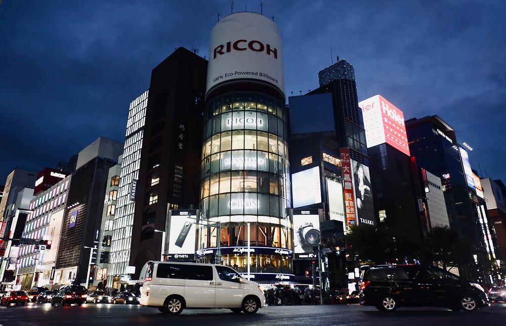 Luzes e prédios altos são as marcas de Ginza.