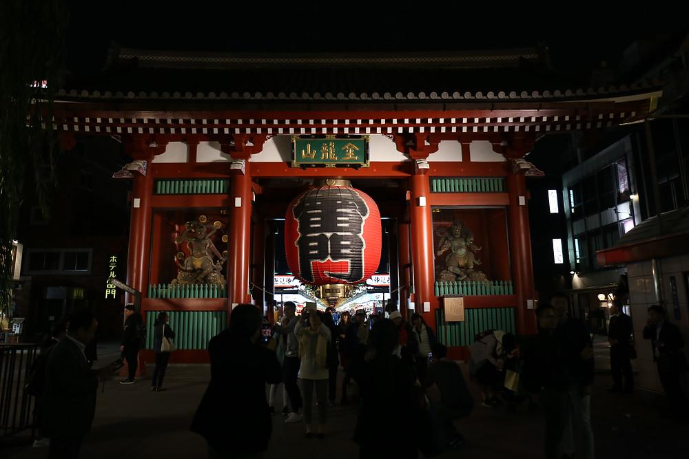 O Kaminarimon, ou Portal do Trovão, é a porta principal de entrada do Senso-ji.