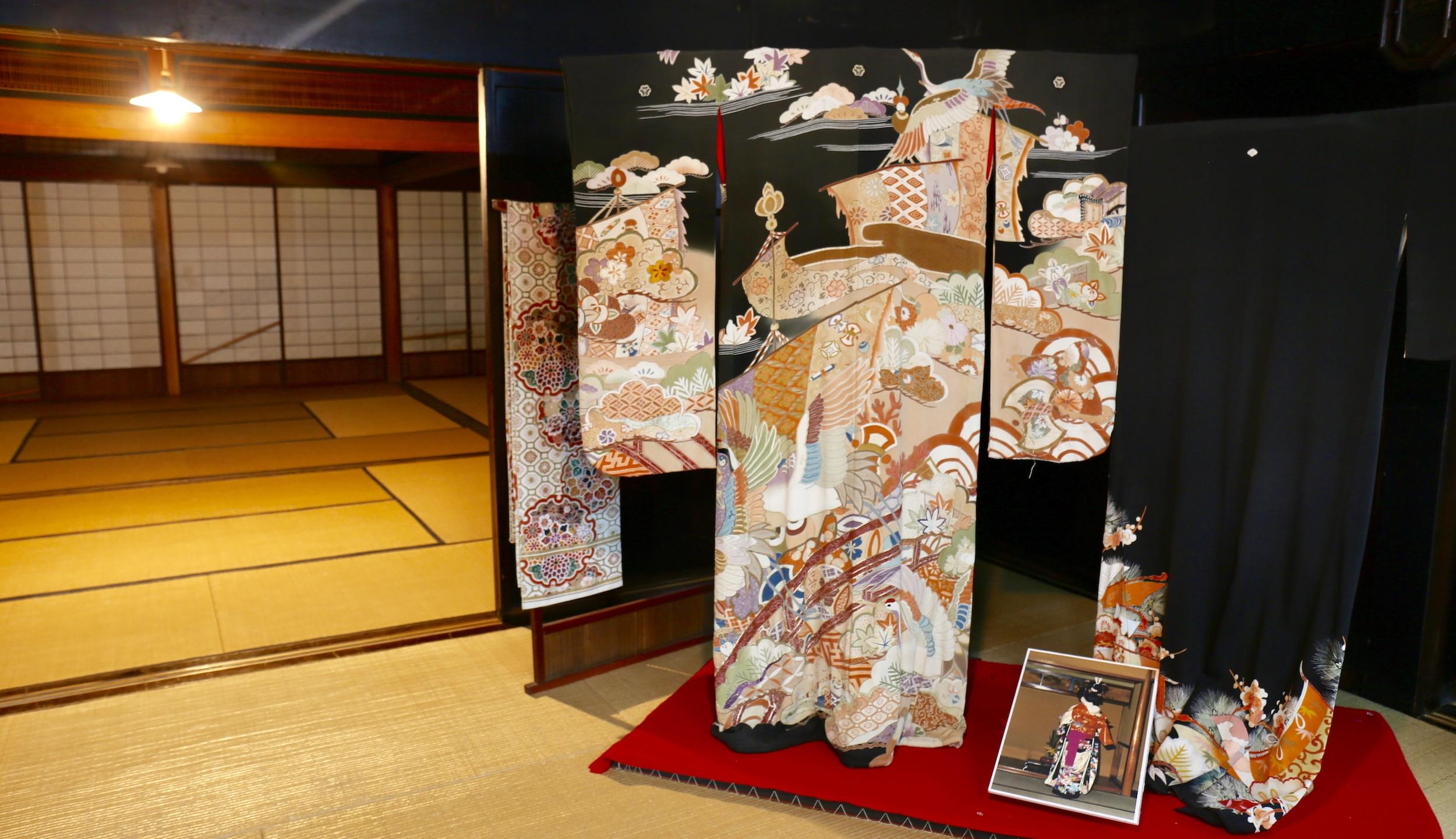Quimono de casamento exibido em uma das casas do museu.