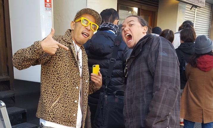 Mark (à direita) com um amigo em uma das muitas filas de lámen que ele encarou no Japão.