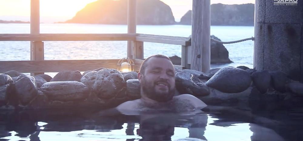 O autor da reportagem desfrutando um banho de águas termais em Niijima.