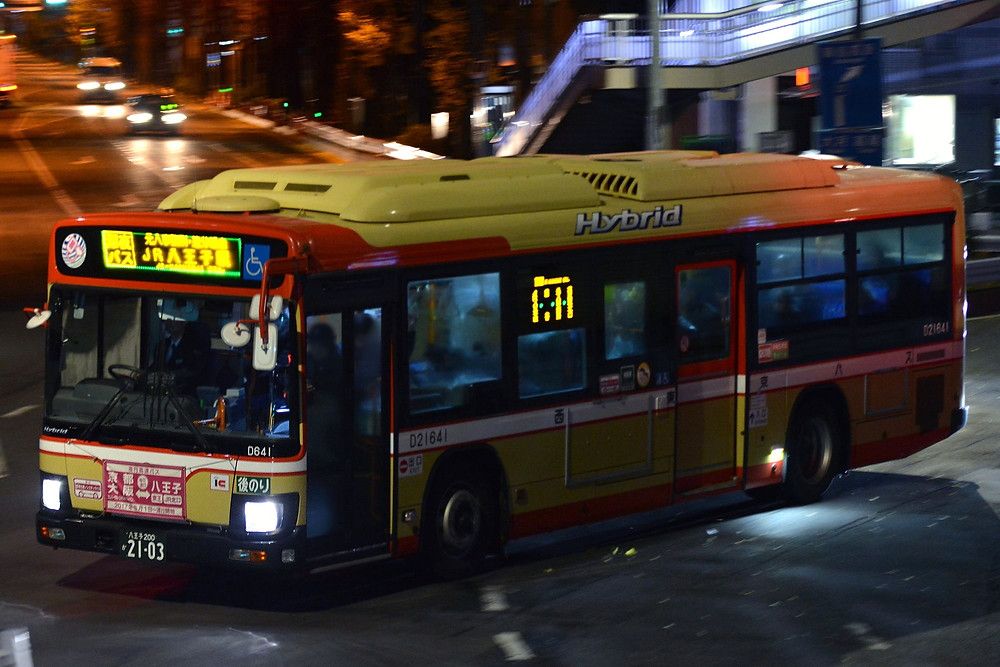 Ônibus resgata dorminhocos que perdem a parada de trem.