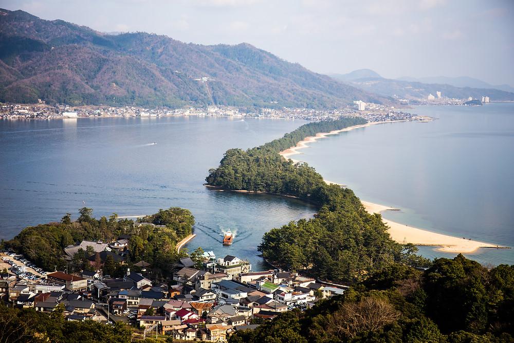 Faixa de areia vista do Amanohashidate View Park.