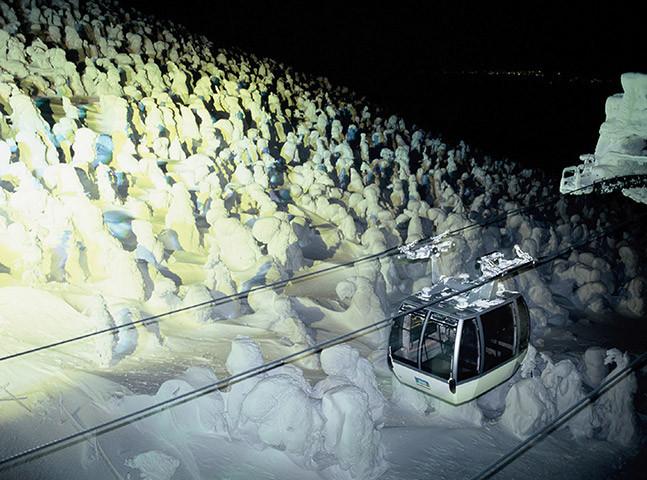 Iluminação especial para os 'monstros de gelo' pode ser vista do teleférico./foto: Associação de Turismo de Zaō Onsen
