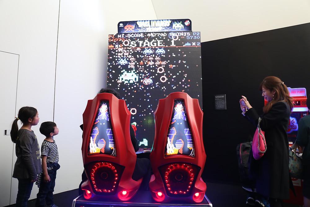 Space Invaders Frenzy: pais e filhos visitaram juntos a exposição.