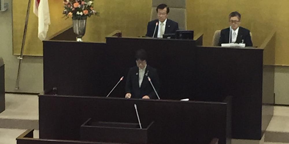 Kyoko Sudo fala à plenária na Câmara de Vereadores de Hamamatsu