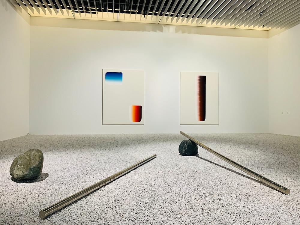 Explorando vazios, Lee Ufan cria obras que ocupam mais espaços simbólicos do que físicos.