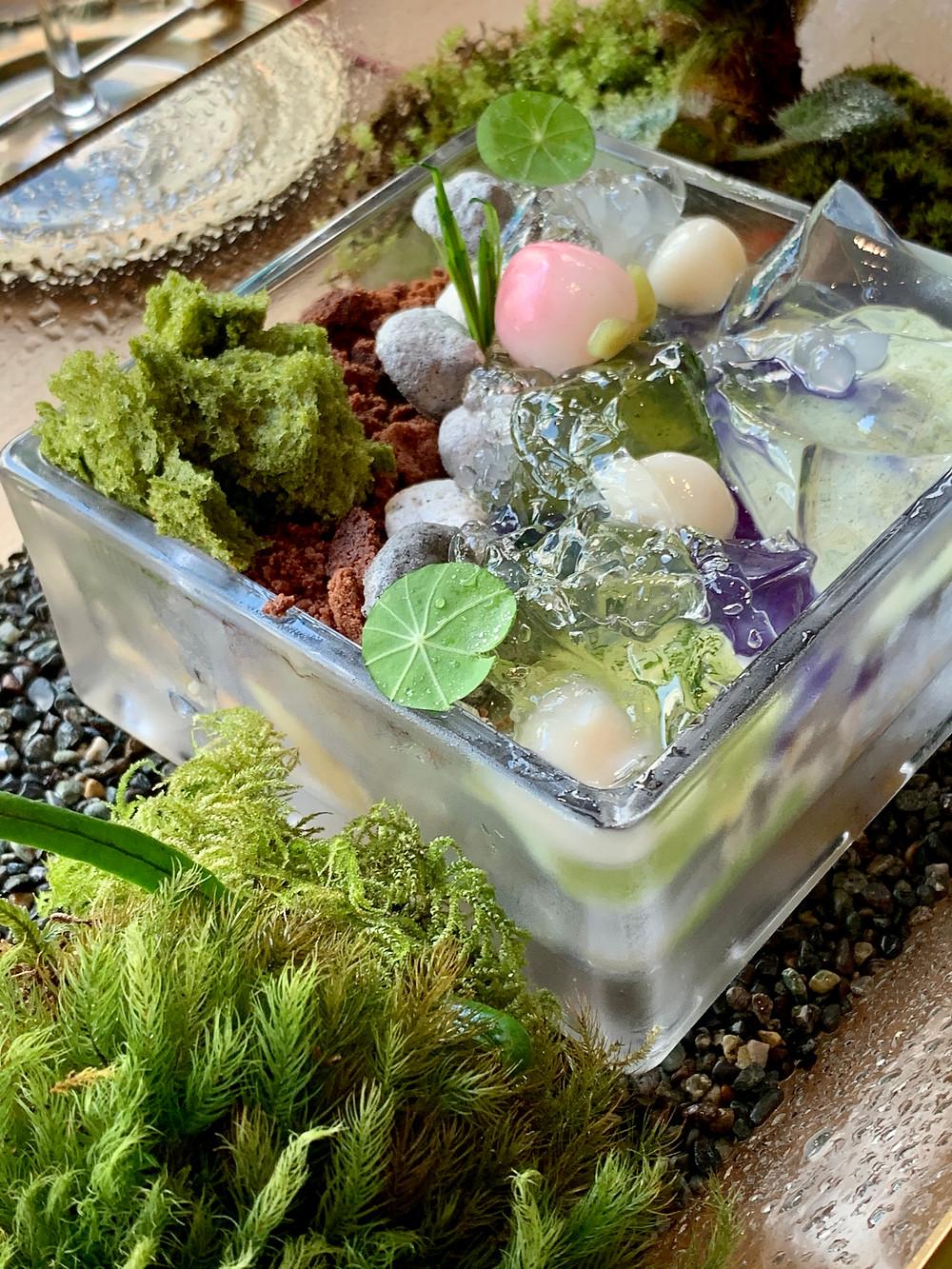 Gelatina de ervas e shissô; compotas e sorbet de pêssego; parfait e sorvete de senchá; casca de frutas cítricas cristalizadas; merengue de gergelim preto; tapioca; kibidango