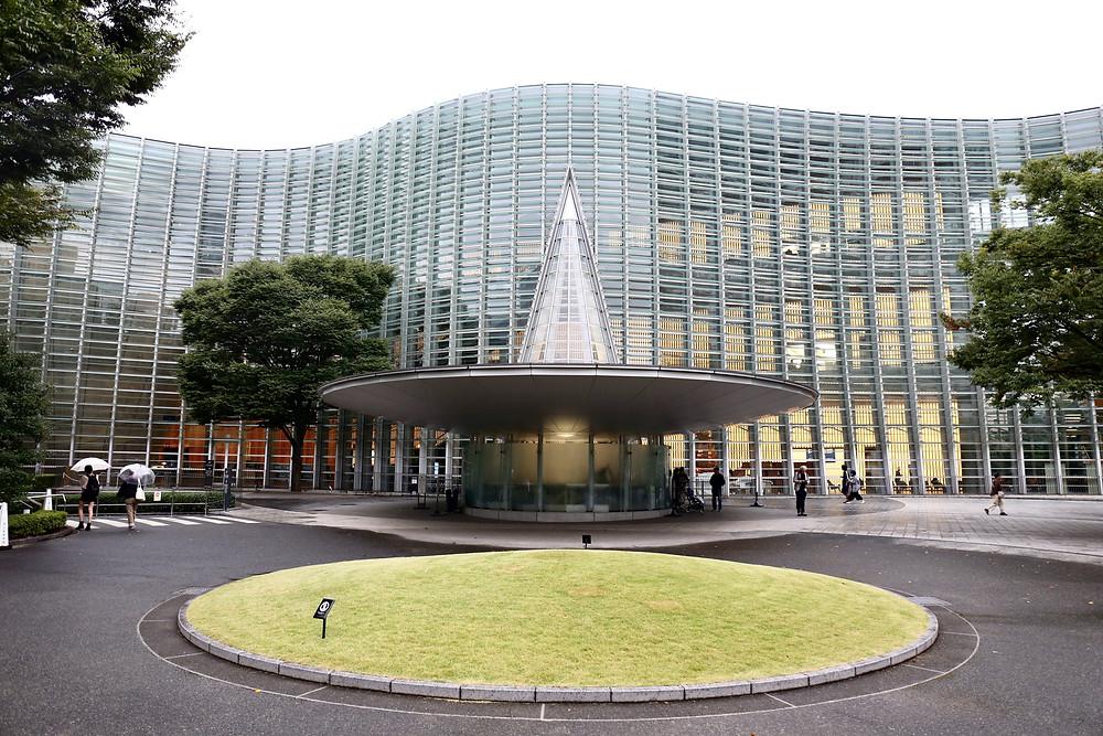 A cortina de vidro impressiona os visitantes do The National Art Center, Tokyo.