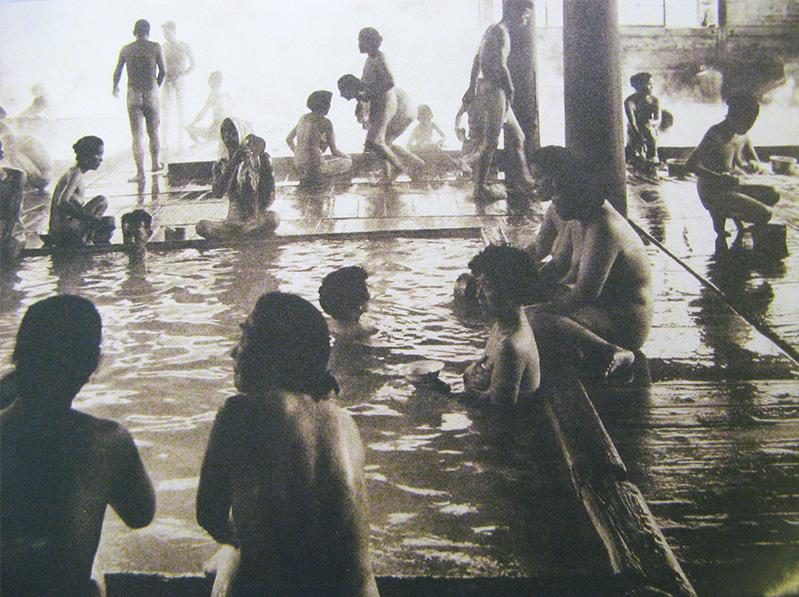 No passado, era comum que homens, mulheres e crianças tomassem banhos nus.
