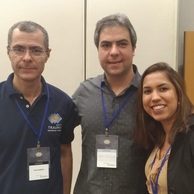 Dr. Paulo com o ortopedista Dr. Hugo Kahtalian e a enfermeira Liviane dos Santos - #EquipeCOI