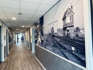 De Maartenshof Linne, gang met afbeelding oud station Linne