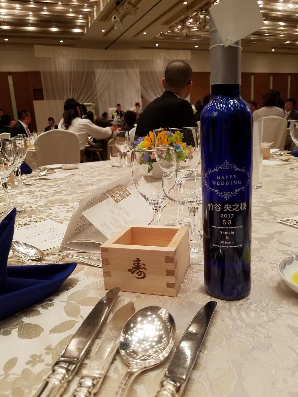 結婚式にてサプライズプレゼント。ワインなんておしゃれなプレゼントですね☆