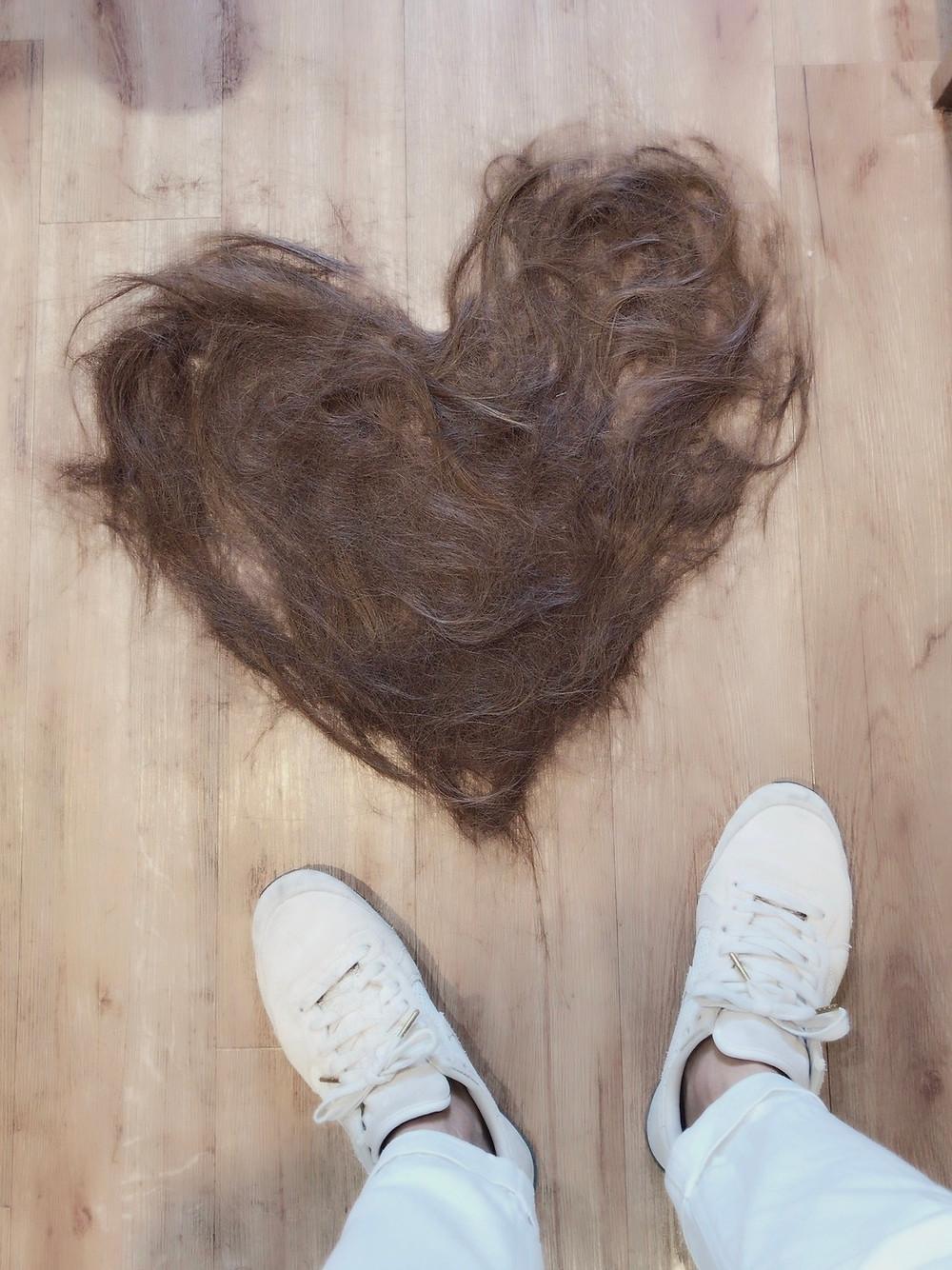 ばっさりカットした髪でハート型に