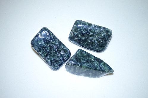 綠龍晶打磨原石