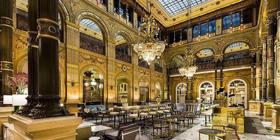 Dîner Woman Connecting Hilton Opéra