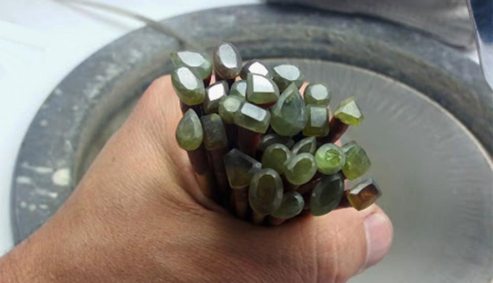 Cómo pegar gemas al palillo para tallarlas.