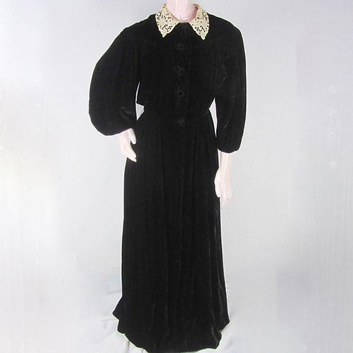 Long dressing gown with lace collar