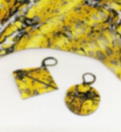 Pettes boucles d'oreille e papier dépareillées pourdeux profile différens dans le même papier. Originalité assurée!