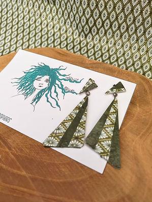 Boucles faites main, triangles en papier