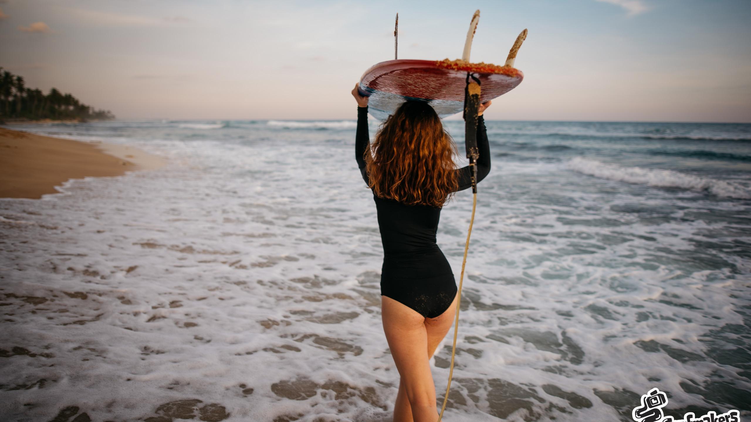 Сёрфер на берегу