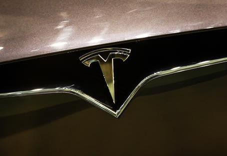 Tesla con Apple e Amazon per la musica nelle sue auto