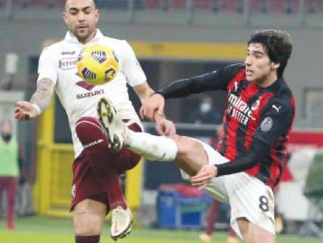 Nella foto, un contrasto tra il granata Simone Zaza (a sinistra) e il rossonero Sandro Tonaliieri