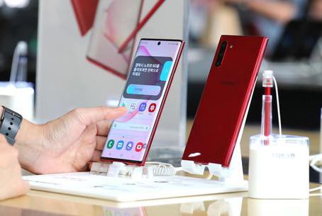 Vendite globali smartphone -20%,testa a testa Samsung-Huawei