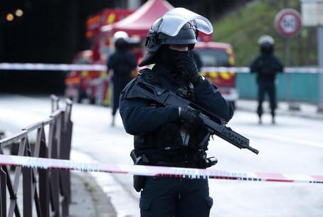 Francia, coltello in mano grida Allah Akbar, ferito
