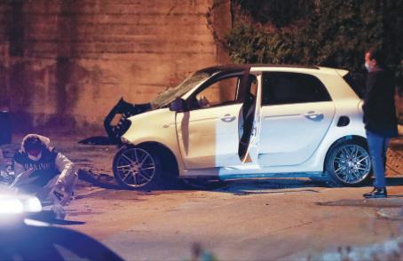 Uccide i 2 rapinatori con l'auto