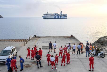 A Lampedusa imbarcati i primi 350 migranti sulla nave per la quarantena