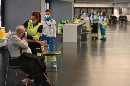 Parigi dice no alla seconda dose di Astrazeneca su under 55. L'Oms, non ci sono i dati per farlo