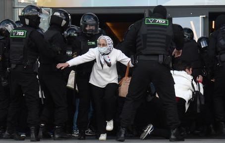 Bielorussia, 774 manifestanti arrestati. Lukashenko a Sochi per vedere Putin